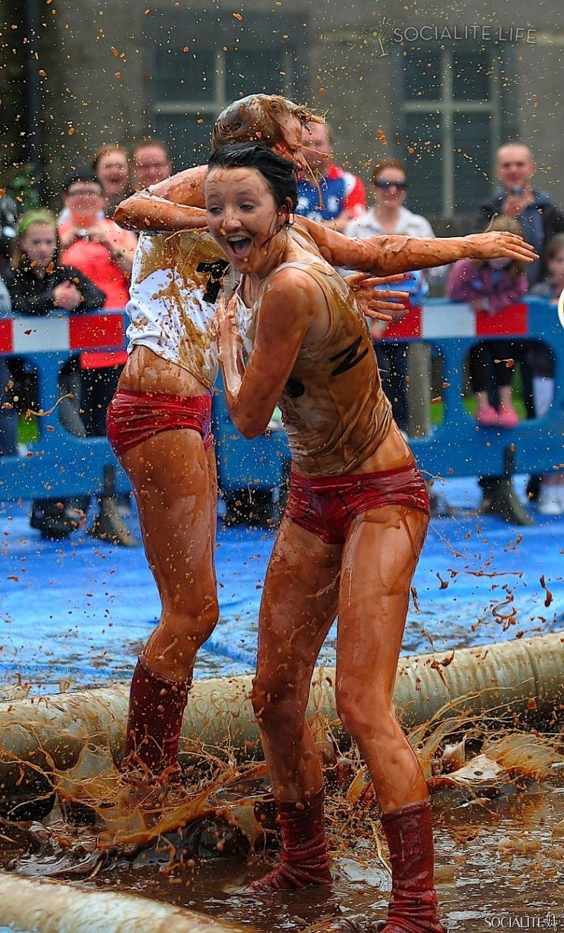 world-gravy-wrestling-championship09-820x1357